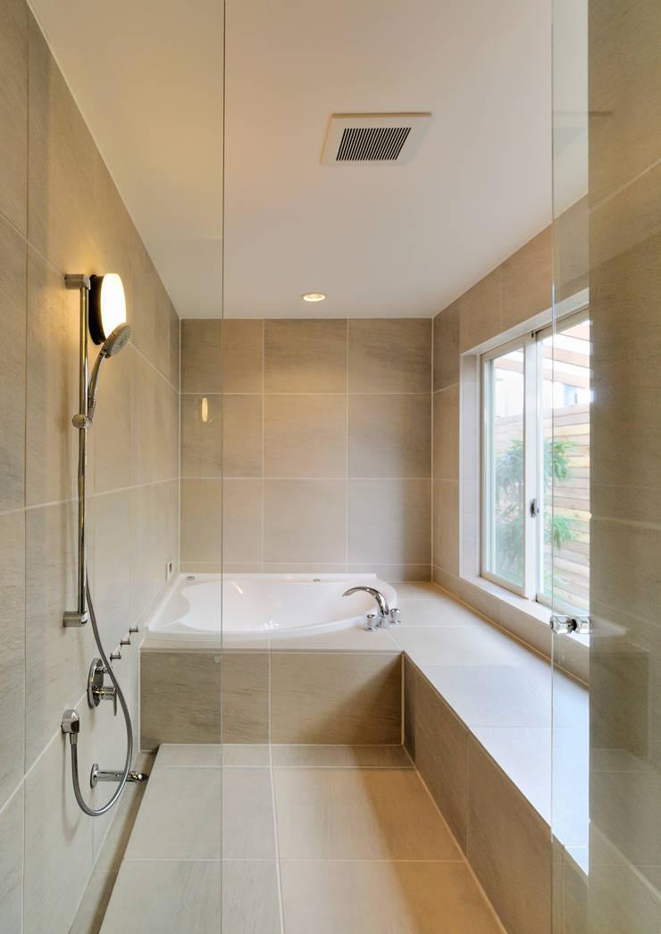 上野毛の住宅 renovation: 井上洋介建築研究所が手掛けた浴室です。