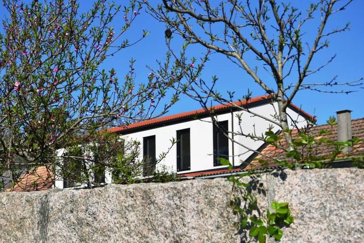 REHABILITACIÓN DE VIVIENDA EN TUI: Casas de estilo  de PORTELA + REGENGO arquitectos
