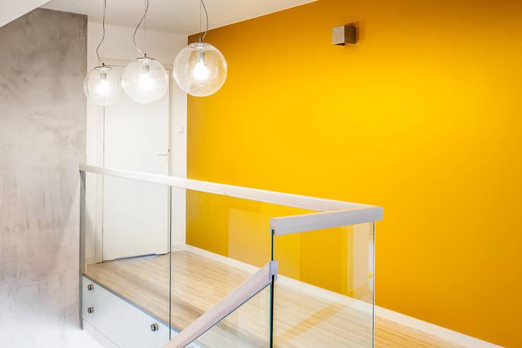 Dom z miętą: styl , w kategorii Korytarz, przedpokój zaprojektowany przez COCO Pracownia projektowania wnętrz