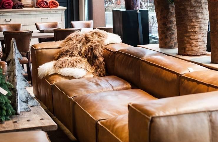 Sofá de cuero sillabarcelona -New Chelsea-: Salones de estilo  de SILLABARCELONA