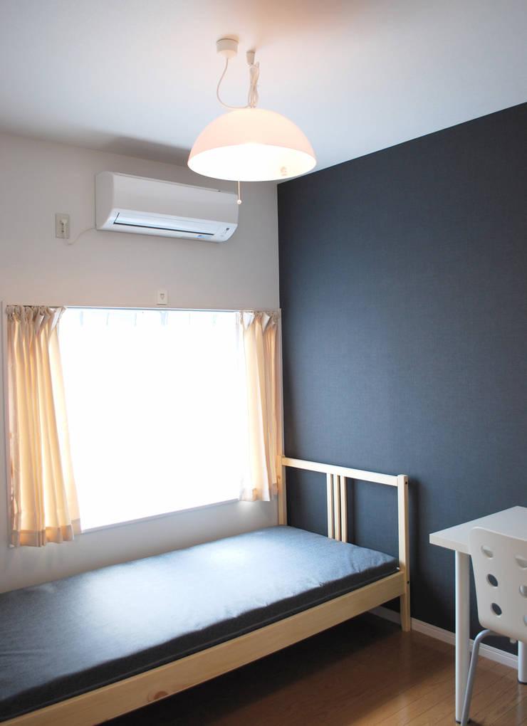 早稲田のシェアハウス: 奥村召司+空間設計社が手掛けた寝室です。,北欧