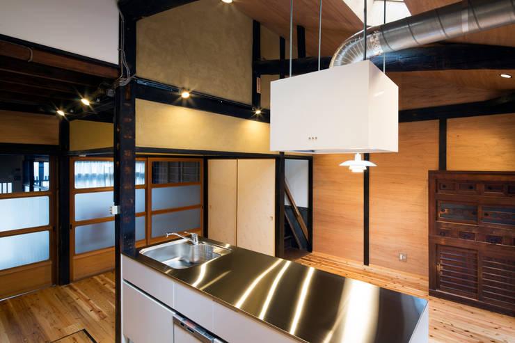 Cocinas de estilo  de 長崎工作室, Moderno
