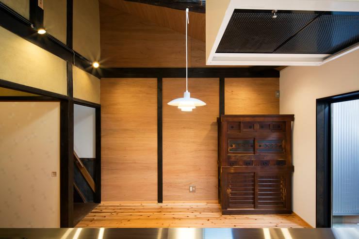京町家改修: 長崎工作室が手掛けたダイニングです。