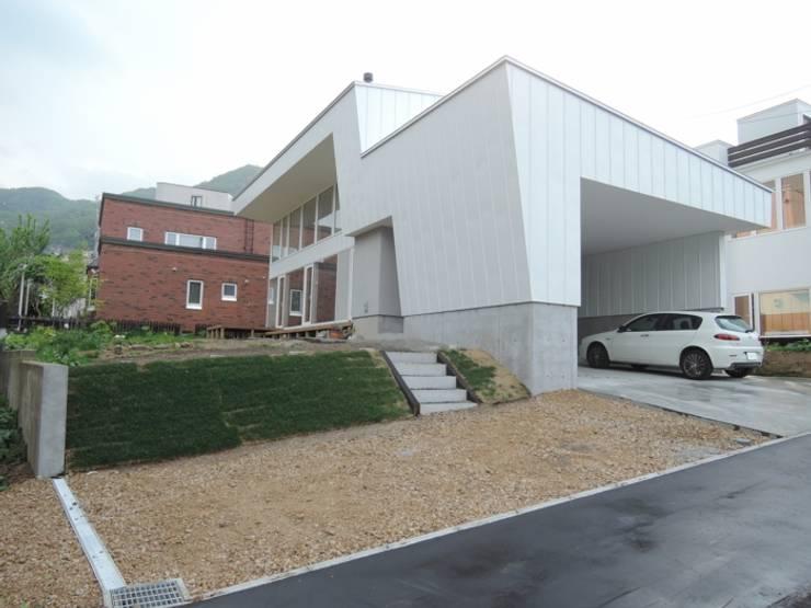 宮の森の家 House in miyanomori: 一級建築士事務所 アーカイヴが手掛けた家です。,モダン