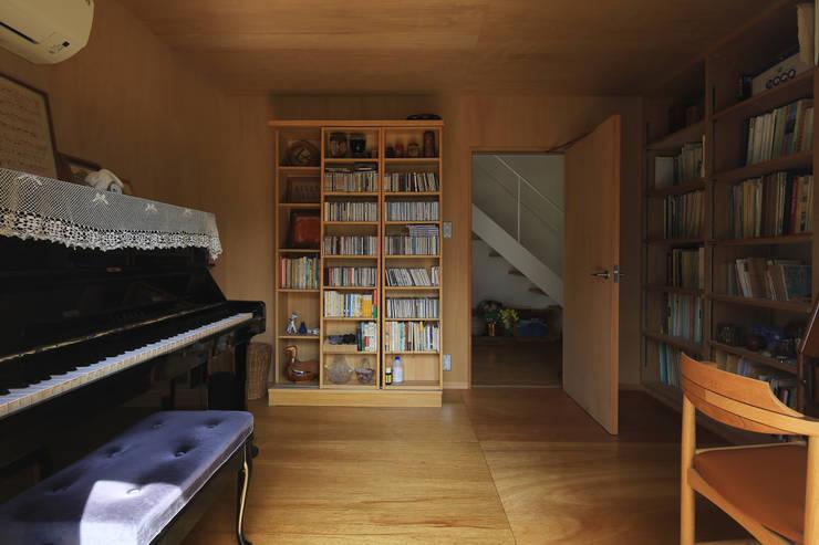 Media room by 早田雄次郎建築設計事務所/Yujiro Hayata Architect & Associates