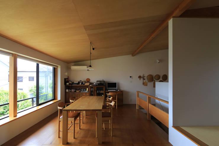 Salas de jantar ecléticas por 早田雄次郎建築設計事務所/Yujiro Hayata Architect & Associates