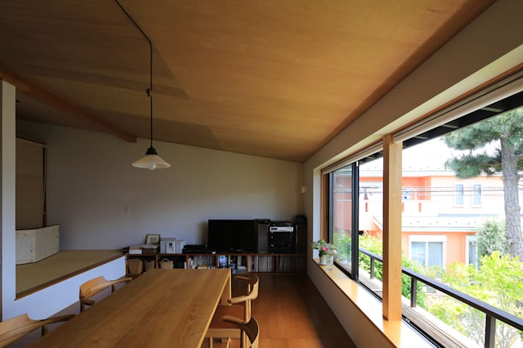 Salas de estar ecléticas por 早田雄次郎建築設計事務所/Yujiro Hayata Architect & Associates