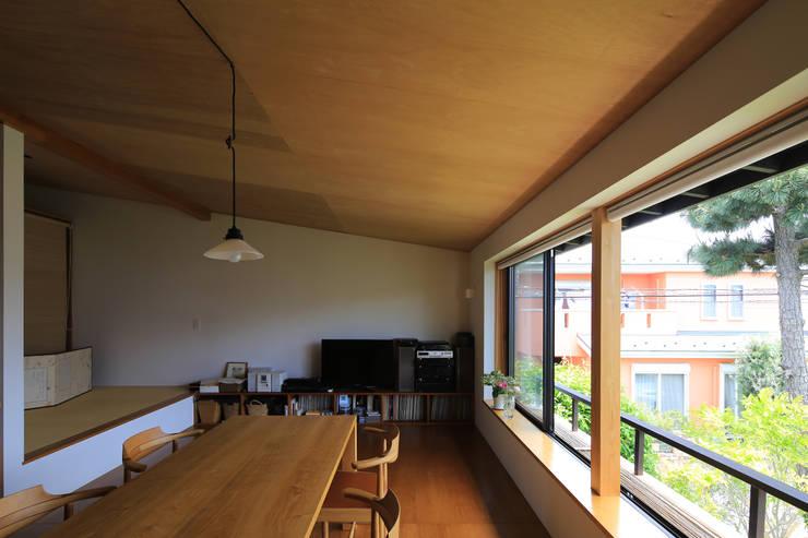 Salon de style  par 早田雄次郎建築設計事務所/Yujiro Hayata Architect & Associates