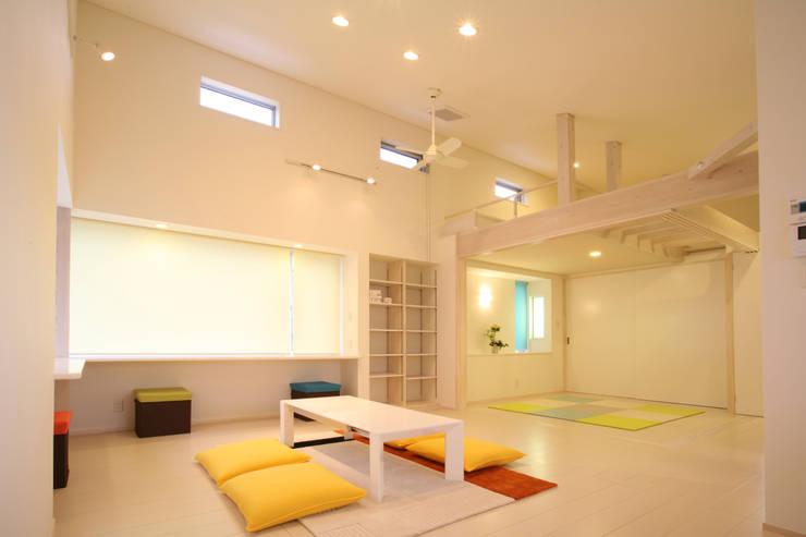 リビングルーム (ベッドコーナ ロフト付): 吉田設計+アトリエアジュールが手掛けたリビングです。