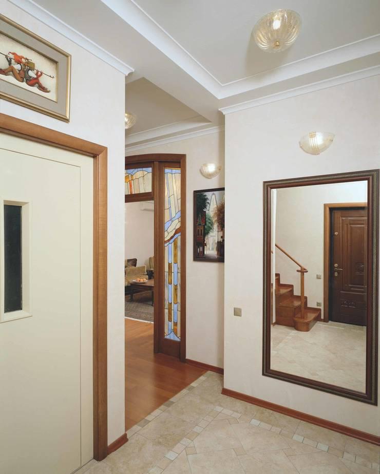 Интерьеры двухуровневой квартиры на ул. Куусинена: Коридор и прихожая в . Автор – дизайн студия 'LusiSarkis '