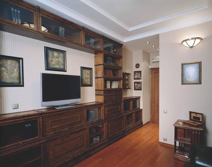 Интерьеры двухуровневой квартиры на ул. Куусинена: Рабочие кабинеты в . Автор – дизайн студия 'LusiSarkis '