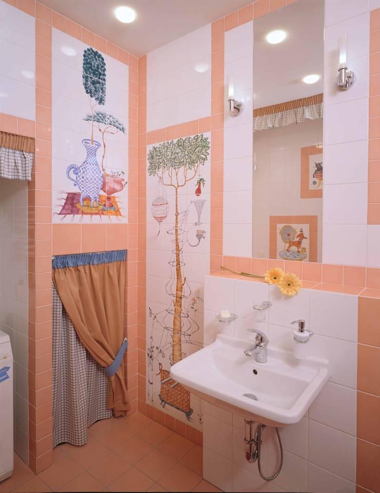Интерьеры двухуровневой квартиры на ул. Куусинена: Ванные комнаты в . Автор – дизайн студия 'LusiSarkis '