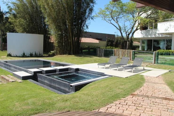 Casa Ilha das Flores: Piscinas modernas por Arq. Leonardo Silva