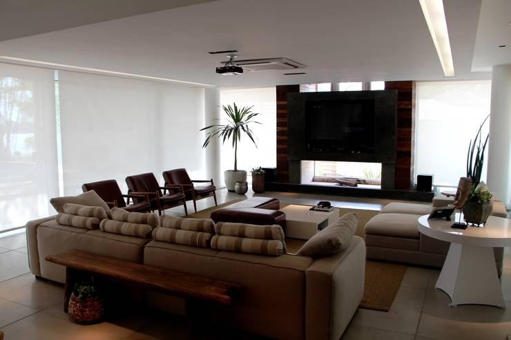 Casa Ilha das Flores: Salas de estar modernas por Arq. Leonardo Silva