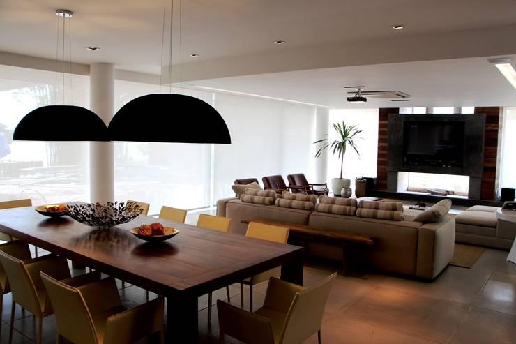 Casa Ilha das Flores: Salas de jantar modernas por Arq. Leonardo Silva