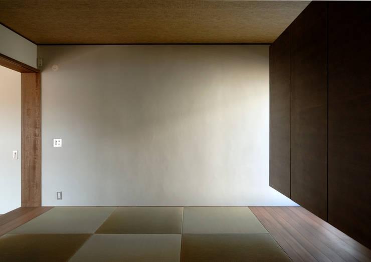 Sala multimediale in stile  di 井上洋介建築研究所