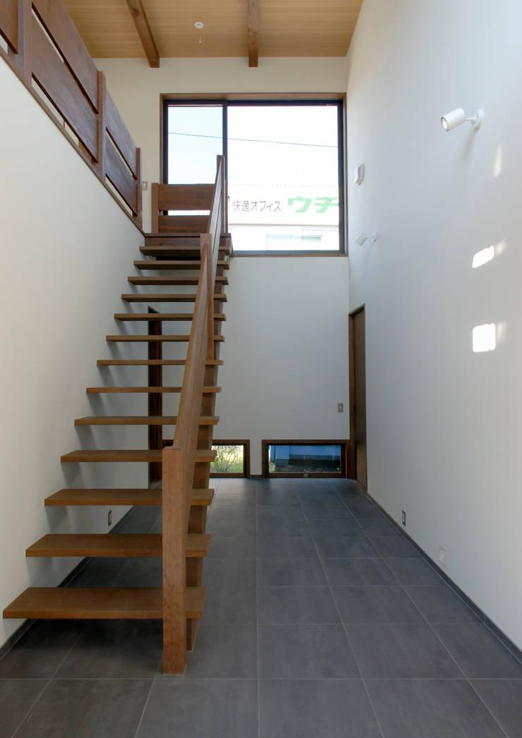 諏訪の住宅: 井上洋介建築研究所が手掛けた廊下 & 玄関です。