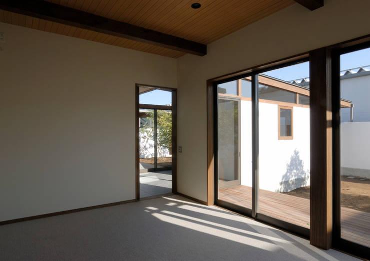 諏訪の住宅: 井上洋介建築研究所が手掛けたリビングです。