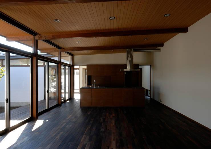 Sala da pranzo in stile  di 井上洋介建築研究所