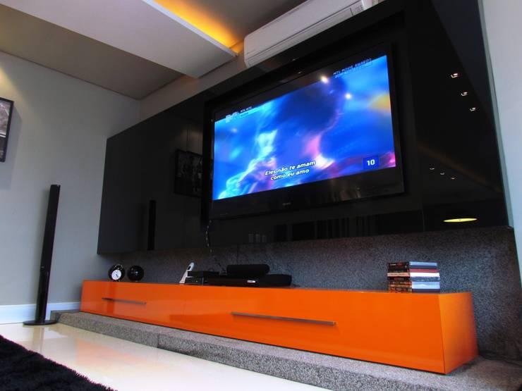 Apartamento Jovem Solteiro: Sala de estar  por Arq. Leonardo Silva