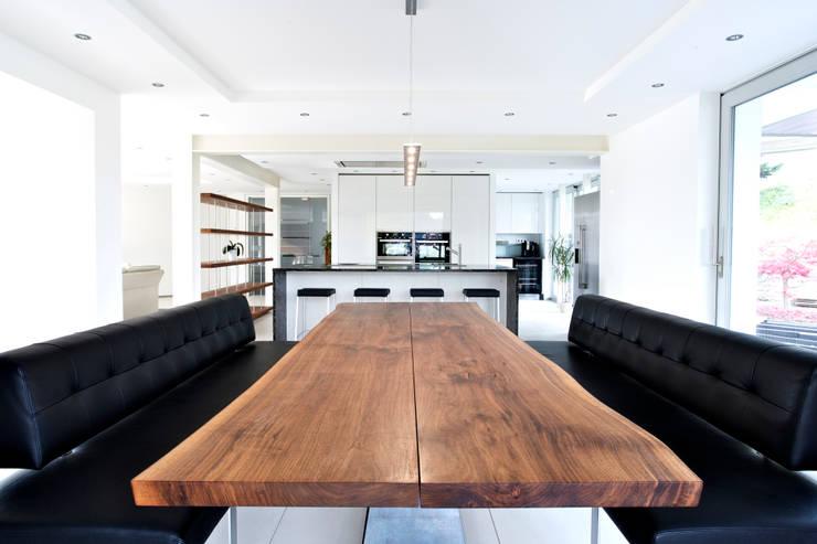 Wohnküche Massivholztisch:  Küche von gmyrekarchitekten