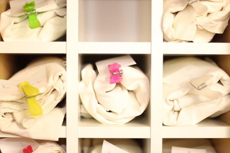 Handtuch-Aufbewahrung im Ikea Kallax Regal:  Geschäftsräume & Stores von NSD New Swedish Design GmbH