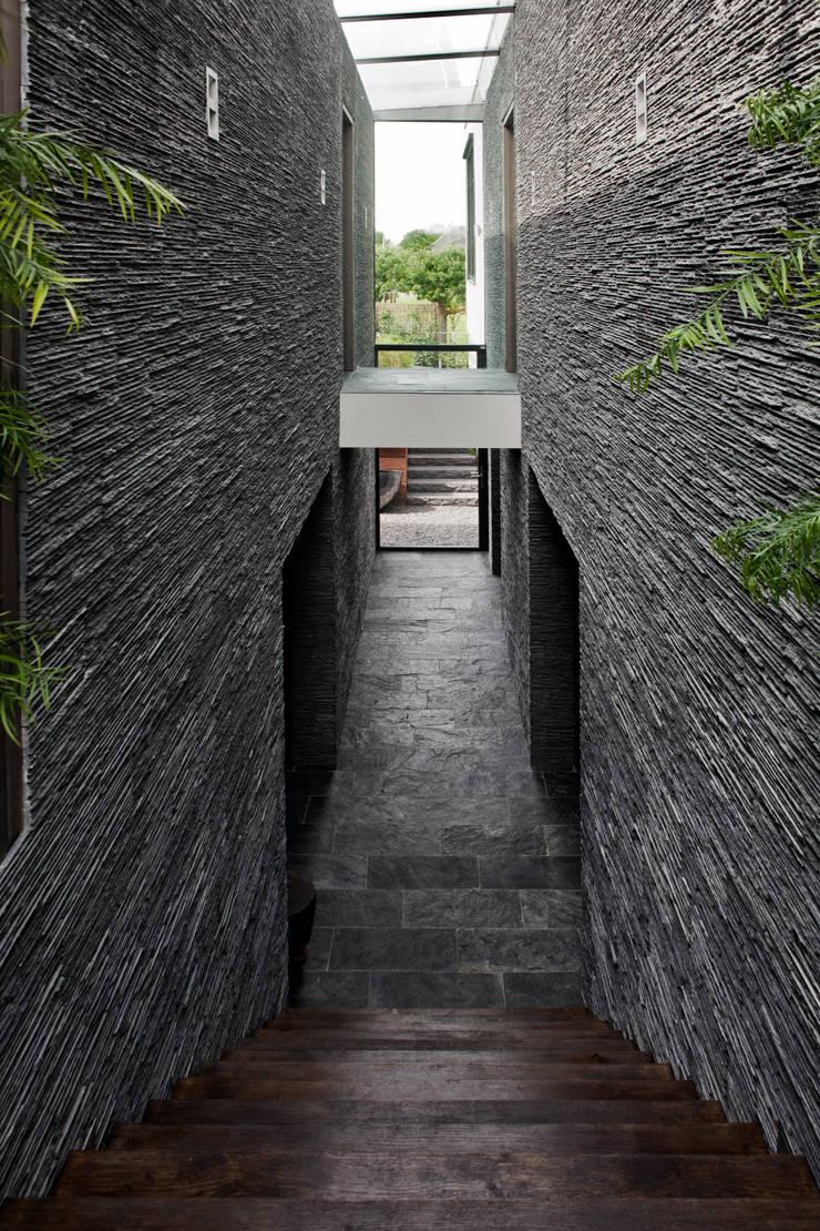 verkeersruimte in snede tussen woon- en keukenvolume:  Gang en hal door Studiozwart Architecten BNA
