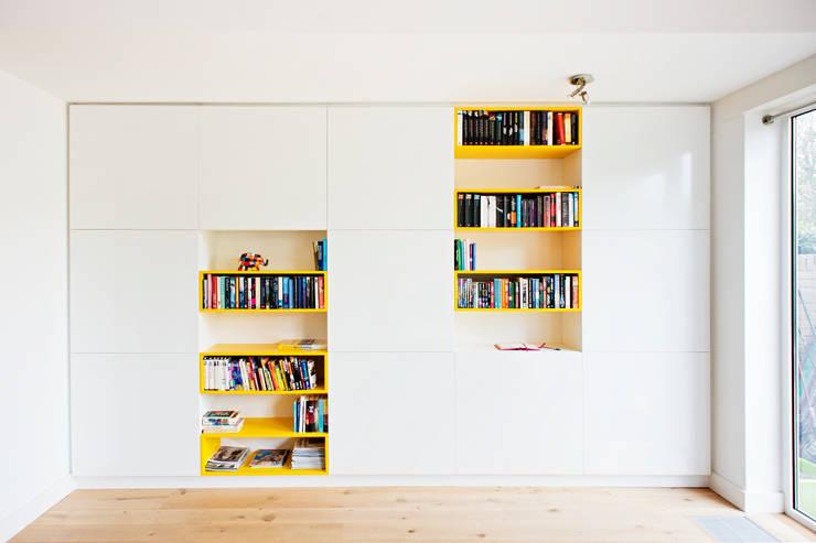 Kastenwand: moderne Woonkamer door Atelier 010