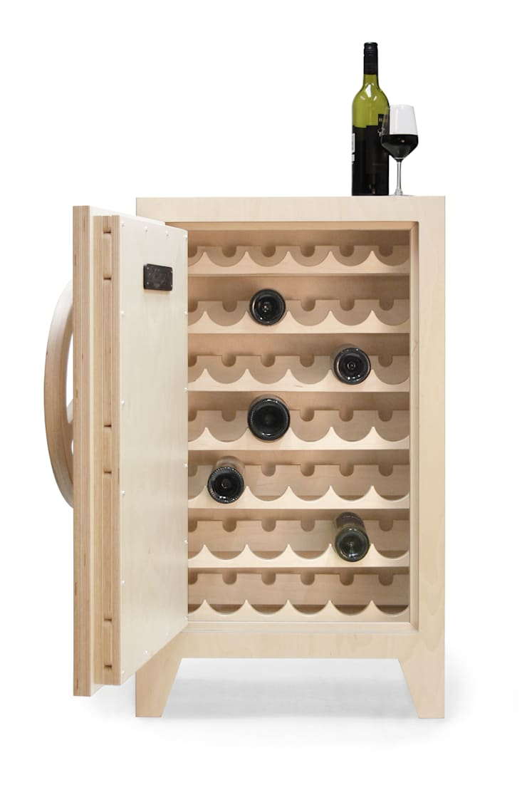 mr.knox birchwood, wine cabinet:  Woonkamer door stephan siepermann