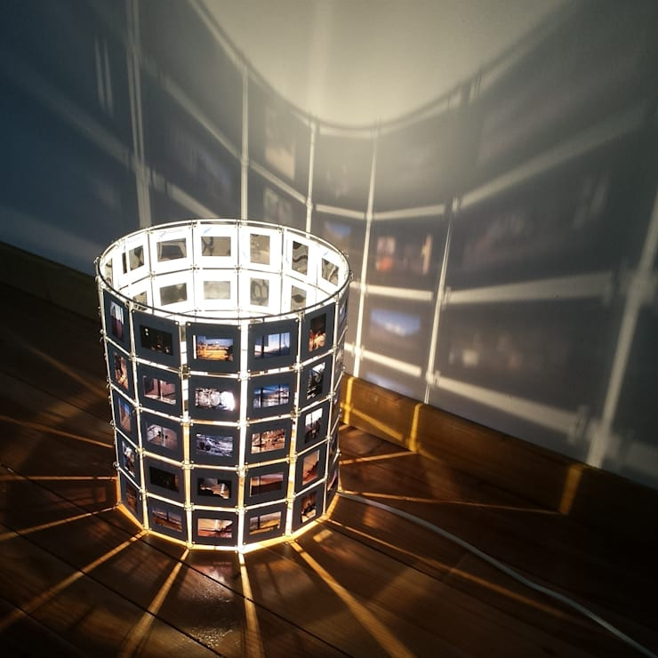Lampe Diapo: Salon de style  par Karteko