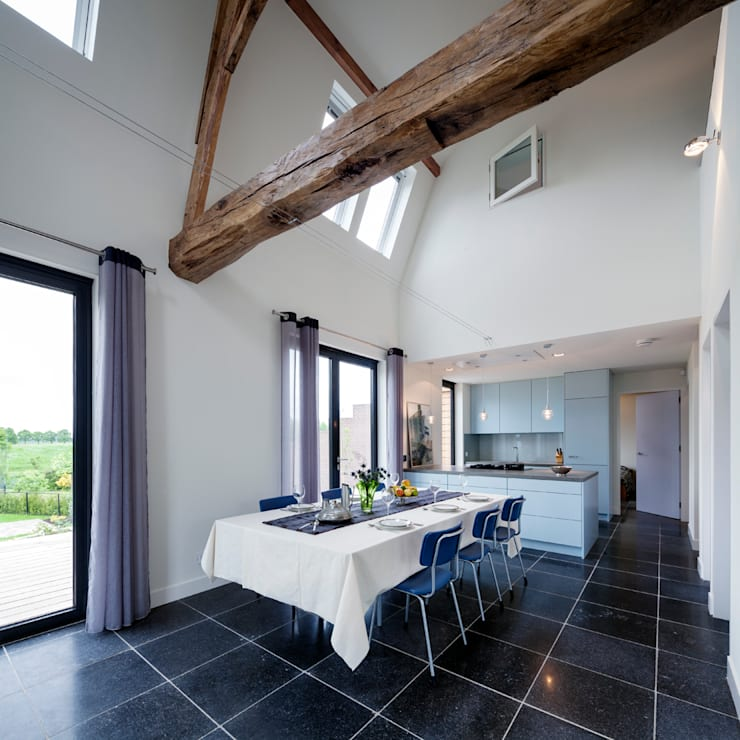 eethoek en keuken met op de achtergrond slaapkamer; foto: Scagliola Brakkee:   door bijvoet architectuur & stadsontwerp