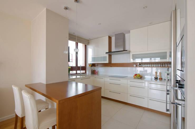 Apartament w Wilanowie: styl , w kategorii Kuchnia zaprojektowany przez ZAWICKA-ID Projektowanie wnętrz