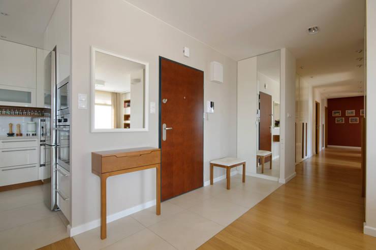Apartament w Wilanowie: styl , w kategorii Korytarz, przedpokój zaprojektowany przez ZAWICKA-ID Projektowanie wnętrz