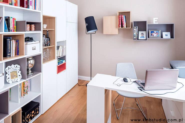 dom Kryspinów : styl , w kategorii Domowe biuro i gabinet zaprojektowany przez kmb studio