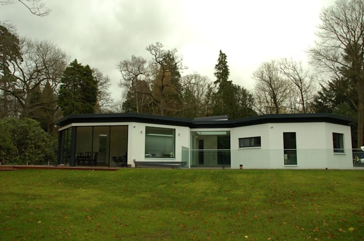 Studio Cottage  - The Homewood Estate, Portsmouth Road, Esher, Surrey:  Houses by chaudhuriARCHITECTS