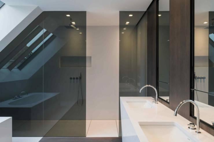 House Vdb: Salle de bains de style  par S.Ingber & associates