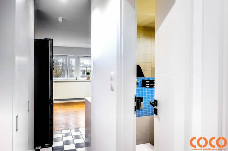 Retro Warszawa: styl , w kategorii Korytarz, przedpokój zaprojektowany przez COCO Pracownia projektowania wnętrz