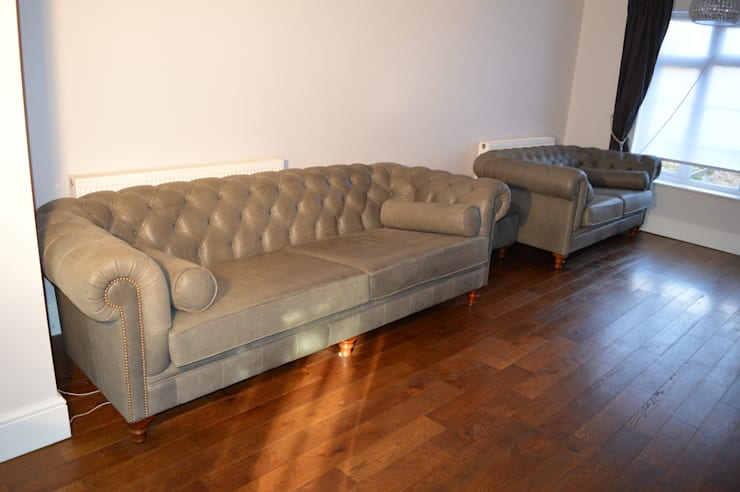 Bespoke Chesterfield sofas:  Living room by Chandler Upholstery
