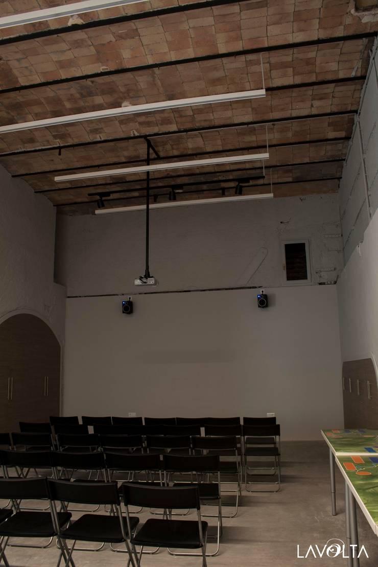 reforma sala polivalente Museo Asland: Museos de estilo  de Lavolta