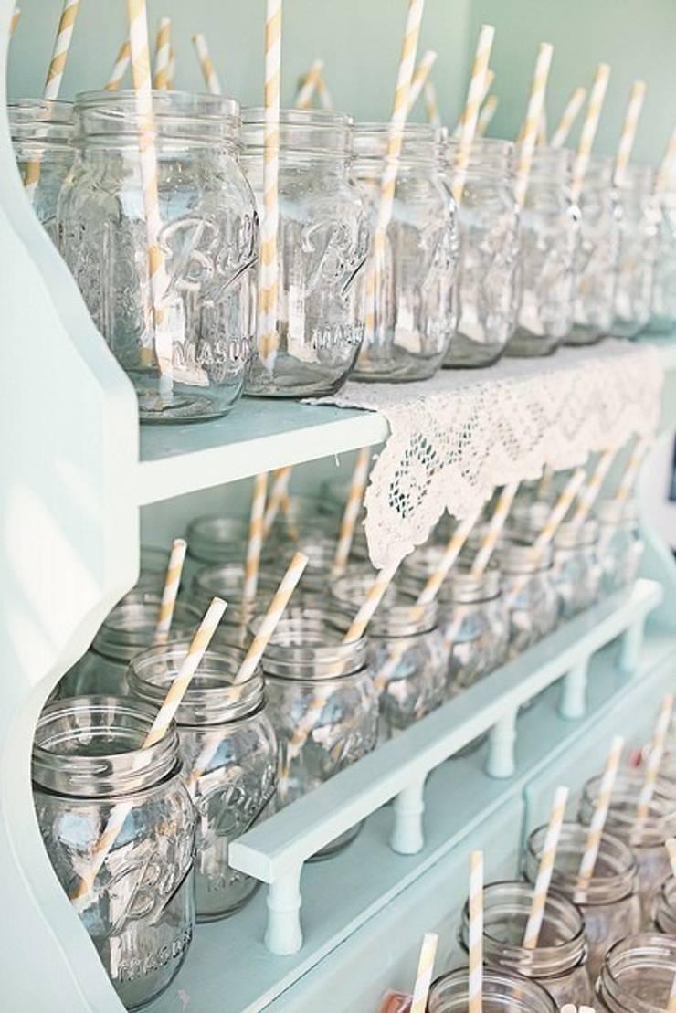 Mason jars in een buffetkast:   door Mason Jar Kitchen, Landelijk