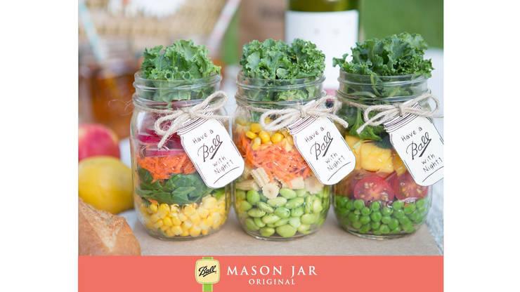 Salad in a jar:   door Mason Jar Kitchen, Landelijk