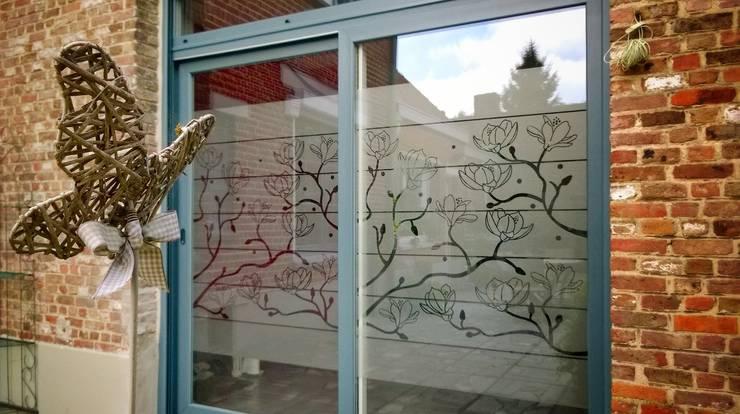 FLEURS DE PIVOINE: Fenêtres & Portes de style  par J'HABILLE VOS FENETRES