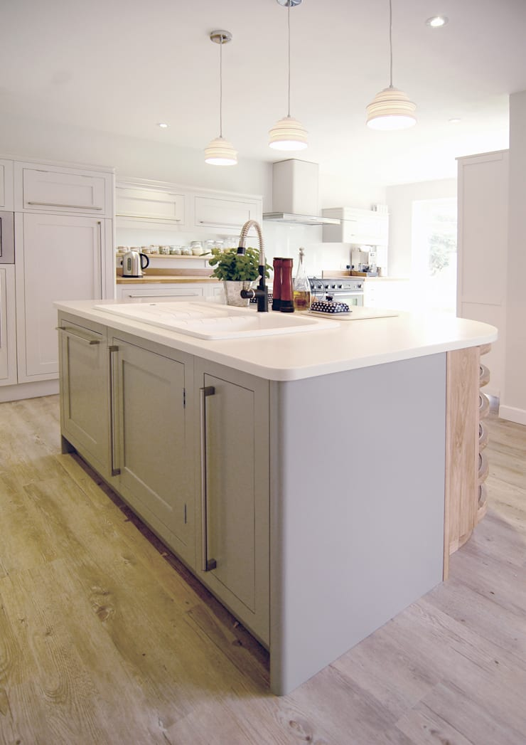 The Classic Range Kitchen in a Sussex Family Home:  Kitchen by Simon Benjamin Furniture