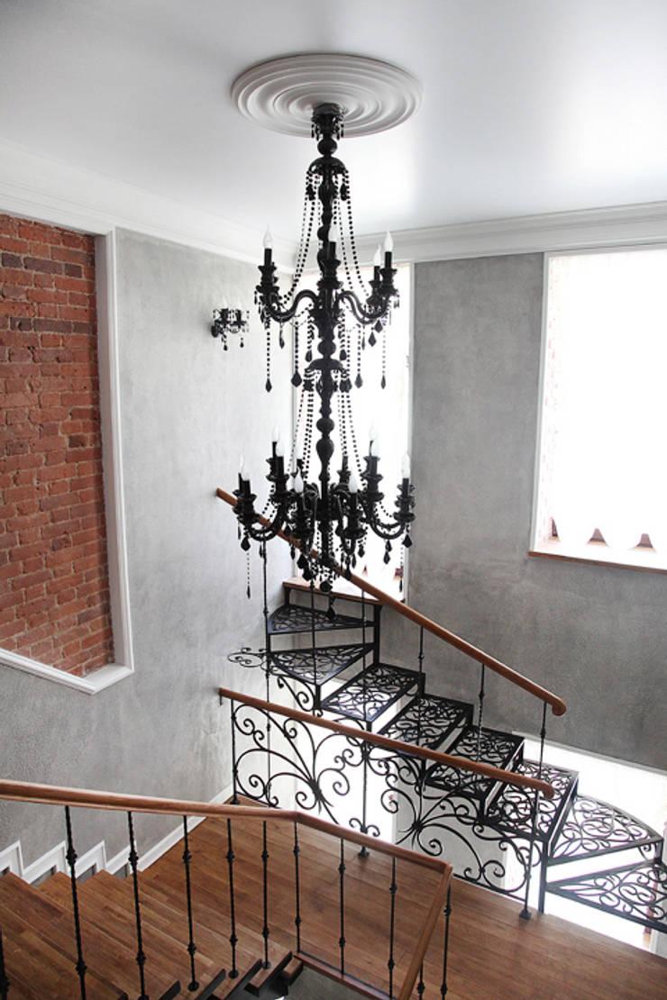 Лестница.: Прихожая, коридор и лестницы в . Автор – Мария Остроумова