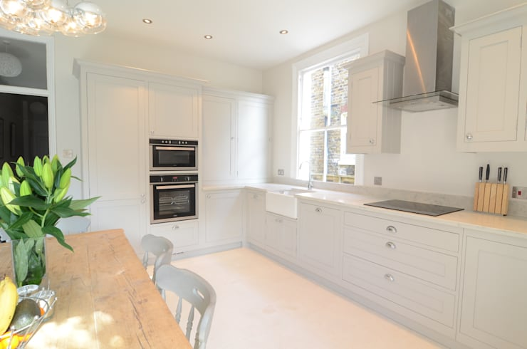 The Classic kitchen in Surrey:  Kitchen by Simon Benjamin Furniture
