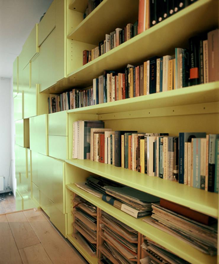 Form Follows Volume cabinet:  Woonkamer door Diederik Schneemann , Modern