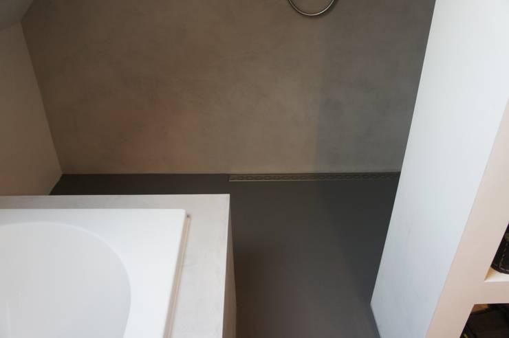Detail drain/afvoer inloopdouche:  Badkamer door Design Gietvloer, Modern