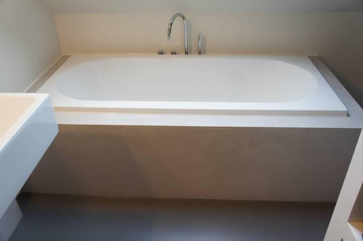 Badombouw met StoneWall Stuckwerk:  Badkamer door Design Gietvloer, Modern