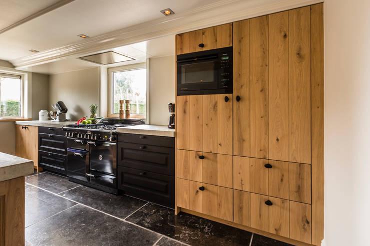 zwarte keukens: landelijke Keuken door DB KeukenGroep