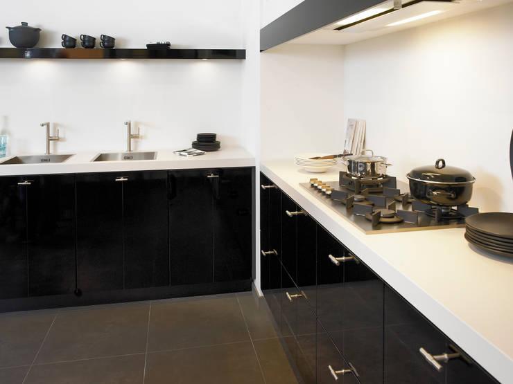 http://www.dbkeukens.nl/keukens/alle-keukens/hoekkeuken-s27: moderne Keuken door DB KeukenGroep